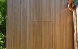 Het lichtgewicht Natural Cladding is hier gebruikt voor de bekleding van een gevel en deur