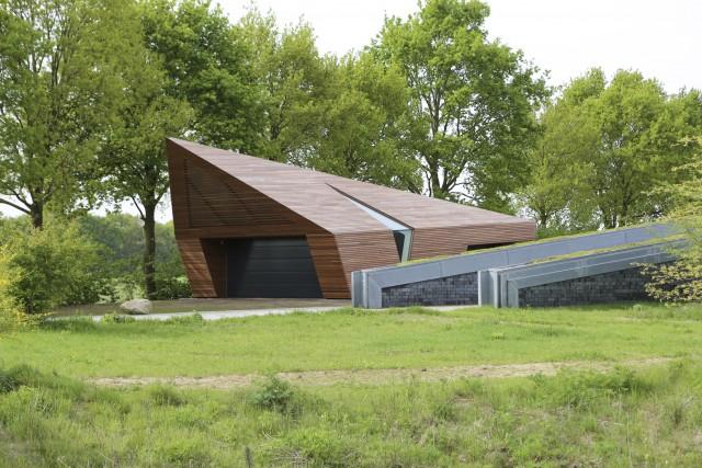 De Ipe garage is passend gemaakt bij de moderne villa die als het ware uit het landschap oprijst.
