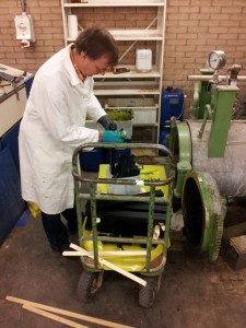 Dr. Sailer in het TNO laboratorium