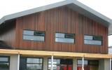 FSC Ipe gevelbekleding voor woonhuis in Friesland. Het hout is afgewerkt met een donkerbruin gepigmenteerde beits van Remmers bouwchemie.