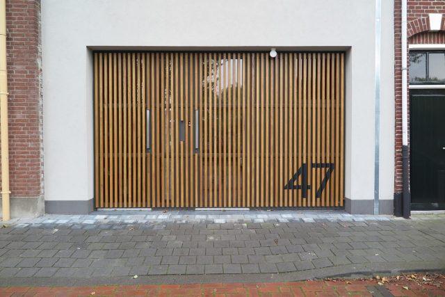 Detail van de Movingui gevellatten en het huisnummer.